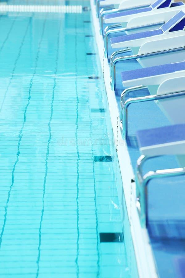Zwembad en platforms voor afdaling royalty-vrije stock foto