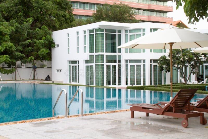 Zwembad en stoel stock fotografie