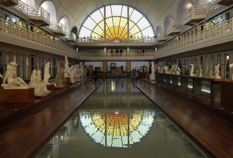 Zwembad en tentoongestelde voorwerpen bij het Museum van La Piscine van Kunst en Industrie, Roubaix Frankrijk stock afbeeldingen