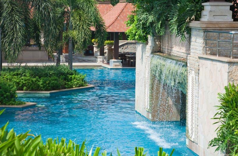 Zwembad en waterval stock foto