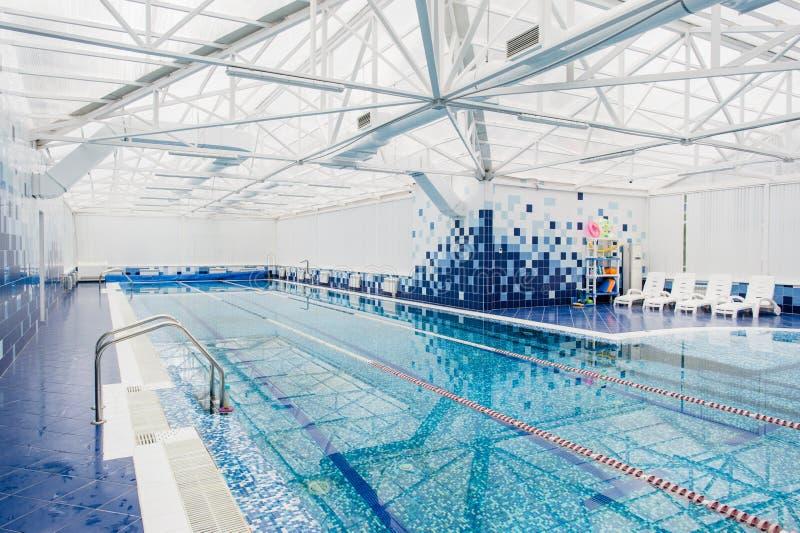zwembad in het Centrumbinnenland van de Hotelvrije tijd met hydromassagestreek stock afbeeldingen