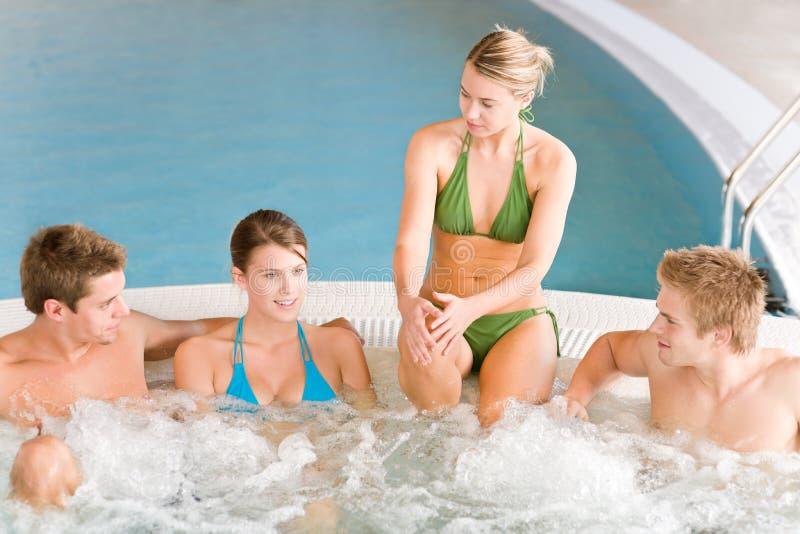 Zwembad - het gelukkige paar ontspant in hete ton royalty-vrije stock fotografie