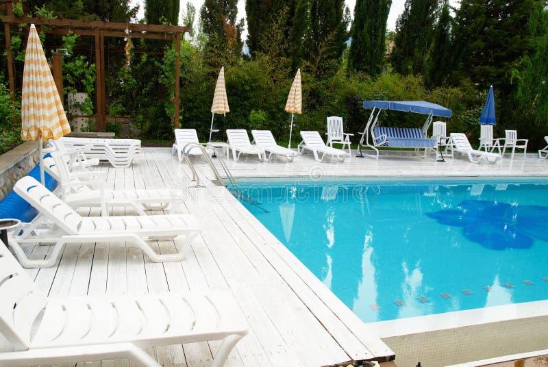 Zwembad in het hotel royalty-vrije stock afbeeldingen