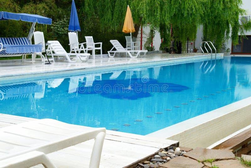 Zwembad in het hotel stock afbeeldingen