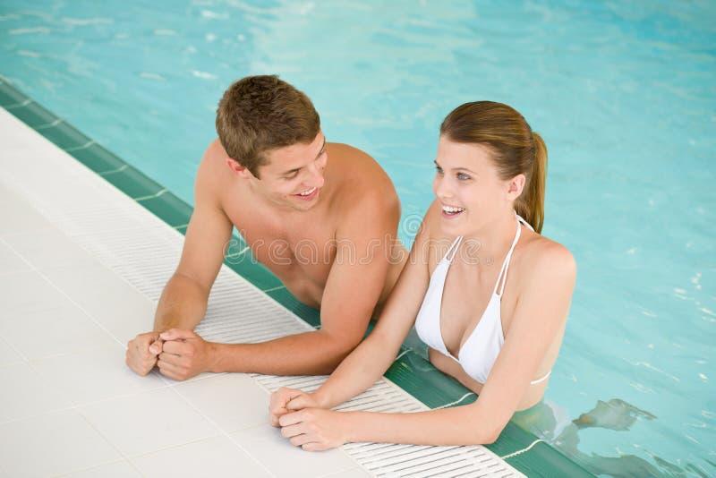 Zwembad - het jonge vrolijke paar heeft pret royalty-vrije stock foto's