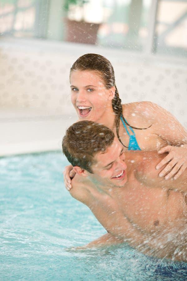 Zwembad - het jonge vrolijke paar heeft pret stock fotografie