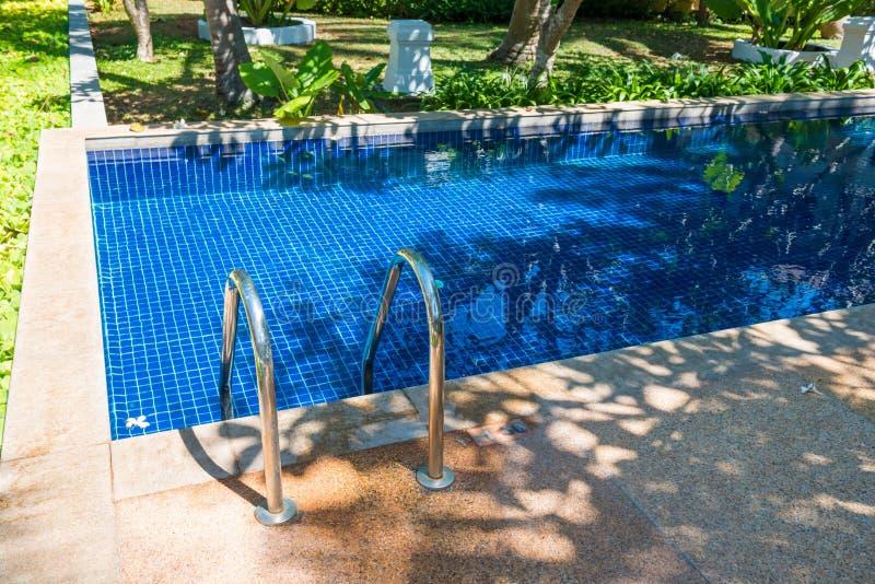 Zwembad in hotel bij tropische toevlucht stock fotografie