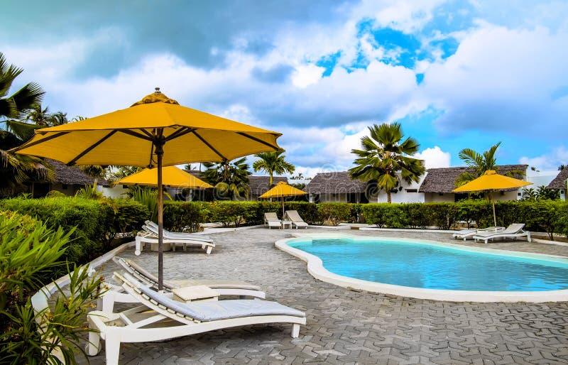 Zwembad in hotel in openlucht stock fotografie
