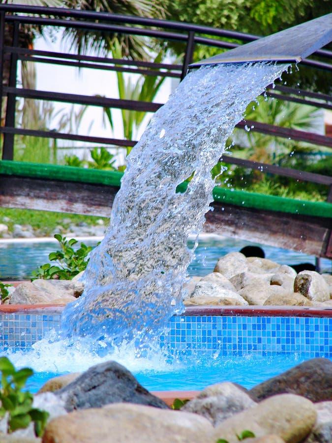 Zwembad in kuuroord met watervalstraal royalty-vrije stock fotografie