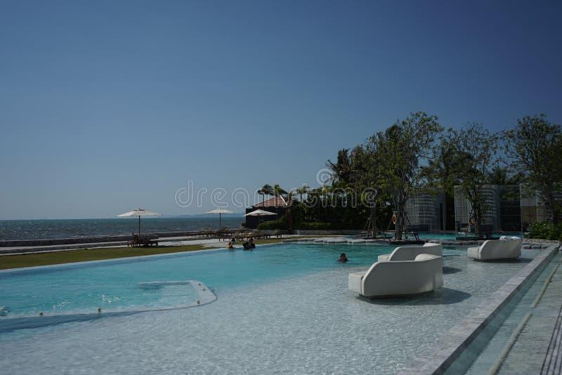 Zwembad in luxehotel stock afbeelding