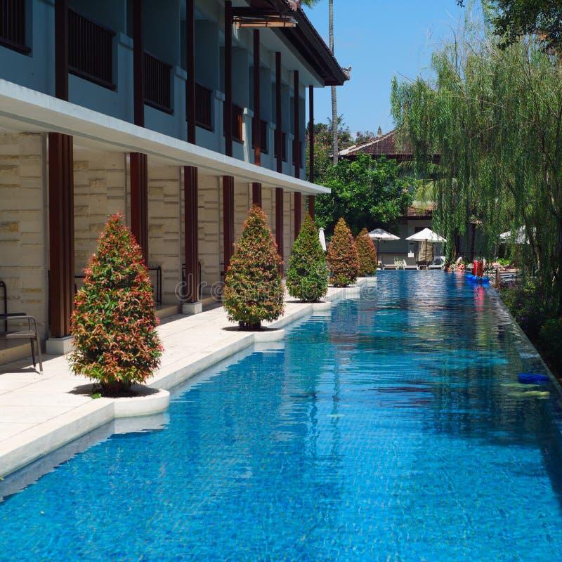 Zwembad in luxetoevlucht royalty-vrije stock afbeeldingen
