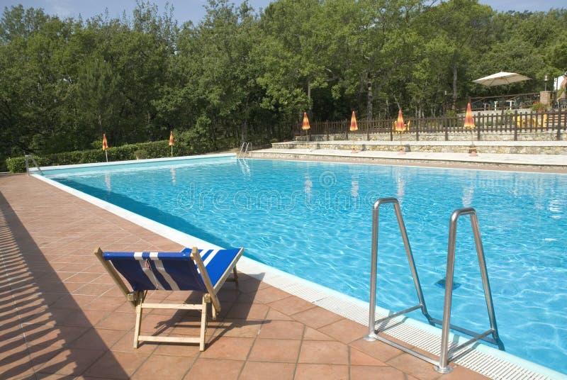 Zwembad met blauw bed stock foto