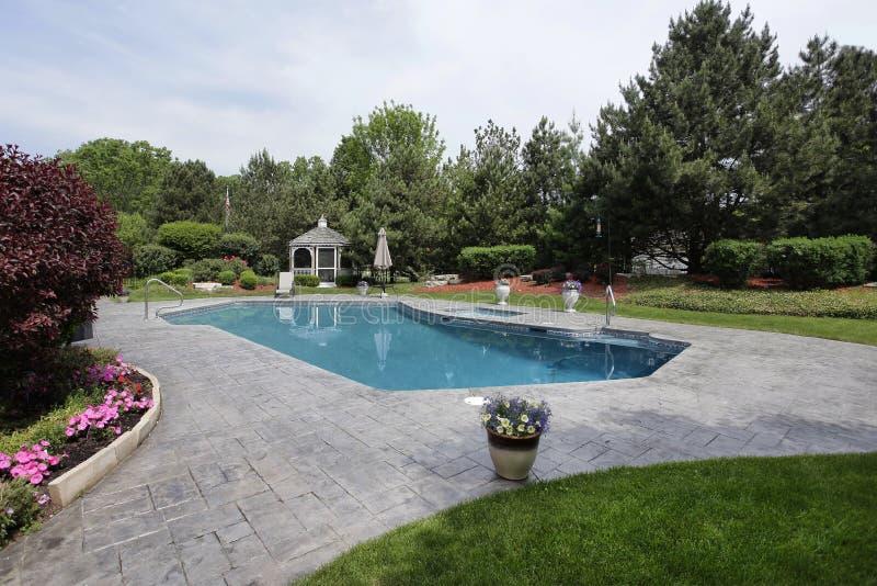 Zwembad met gazebo royalty-vrije stock afbeeldingen