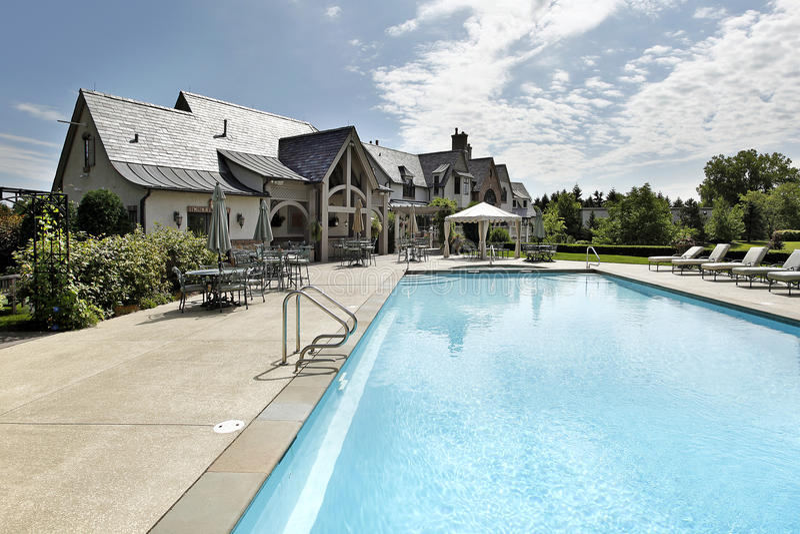 Zwembad met groot dek stock afbeeldingen