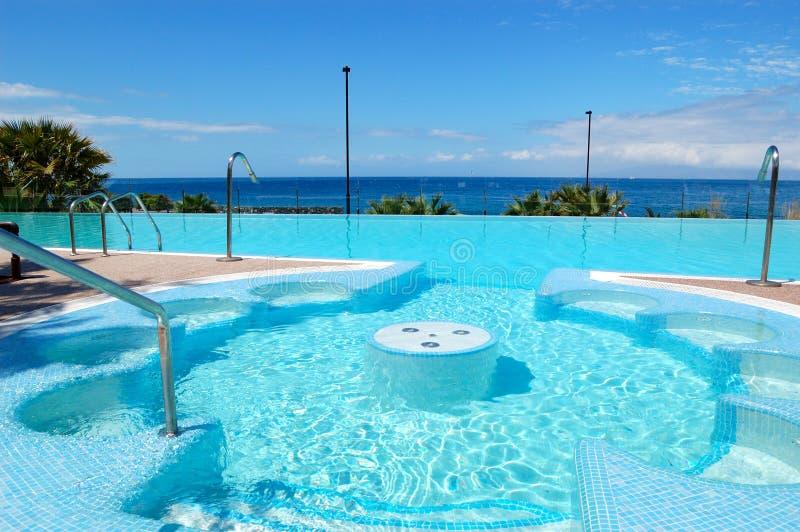Zwembad met Jacuzzi bij luxehotel royalty-vrije stock foto's