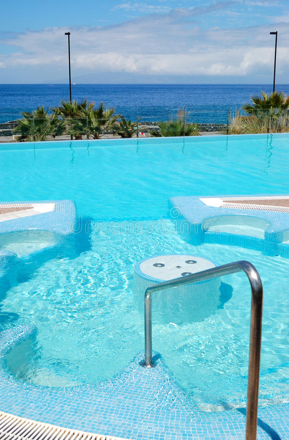 Zwembad met Jacuzzi bij luxehotel royalty-vrije stock fotografie