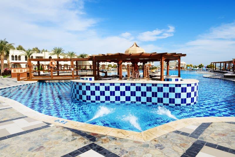 Zwembad met Jacuzzi bij luxehotel stock fotografie