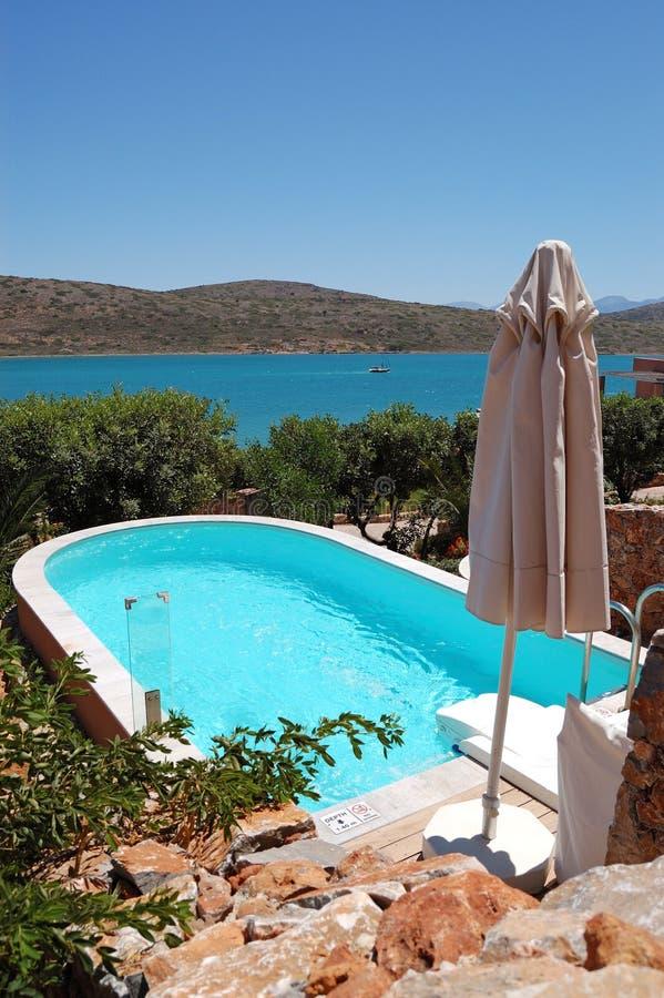 Zwembad met Jacuzzi door luxevilla stock foto