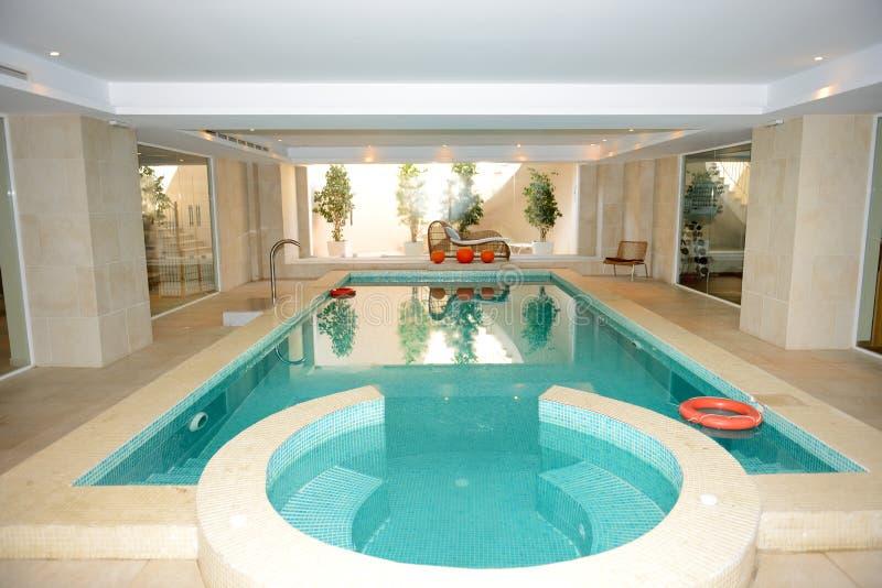 Zwembad met Jacuzzi in KUUROORD bij het luxehotel royalty-vrije stock afbeeldingen