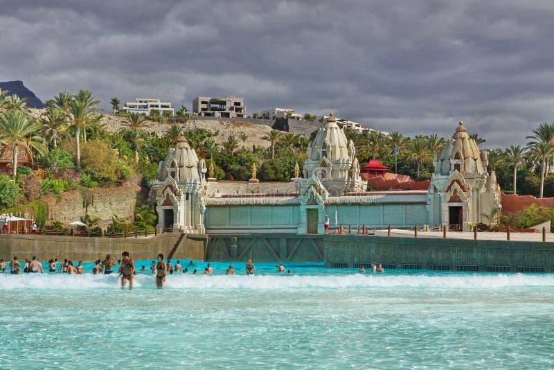 Zwembad met kunstmatige golf in Siam-Park Tenerife royalty-vrije stock fotografie