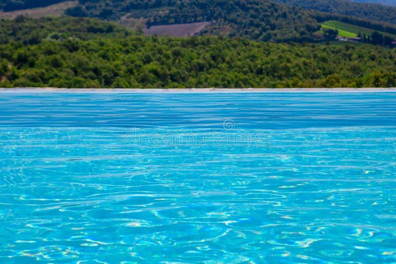 Zwembad met landschapsmening royalty-vrije stock afbeeldingen