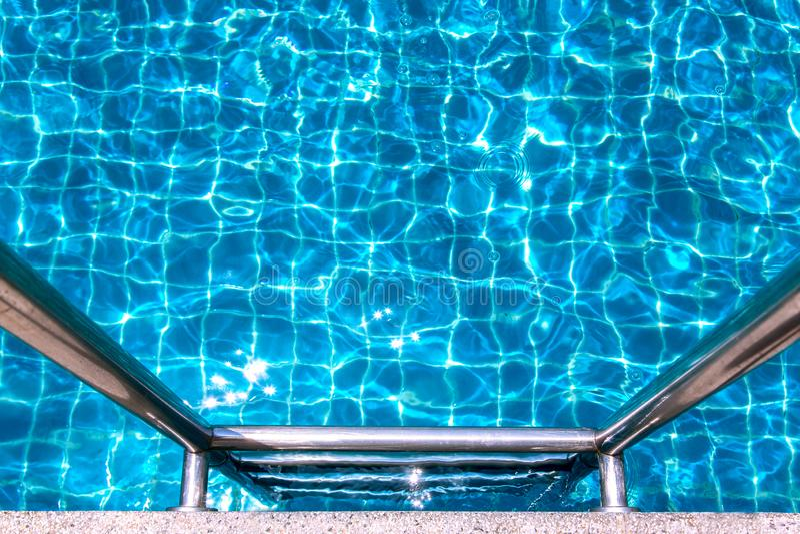 Zwembad met Metaaltrede royalty-vrije stock foto