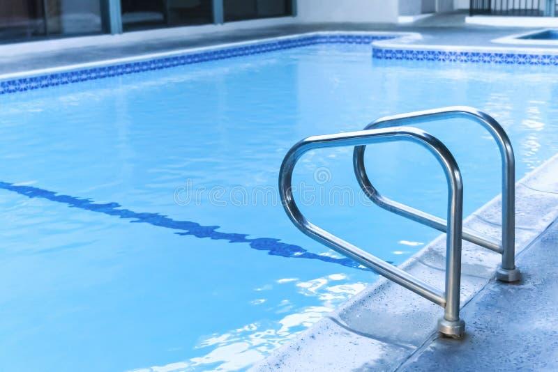 Zwembad met trede royalty-vrije stock afbeelding