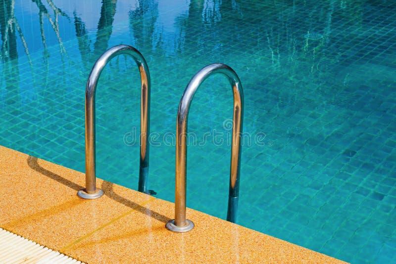 Zwembad met trede royalty-vrije stock afbeeldingen