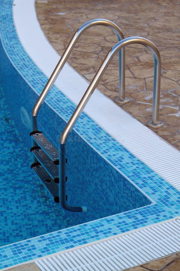 Zwembad met trede bij hotel stock foto's