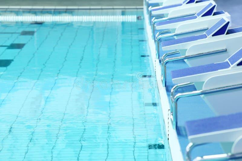Zwembad met water en platforms stock foto