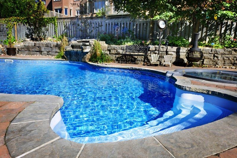 Zwembad met waterval royalty-vrije stock foto