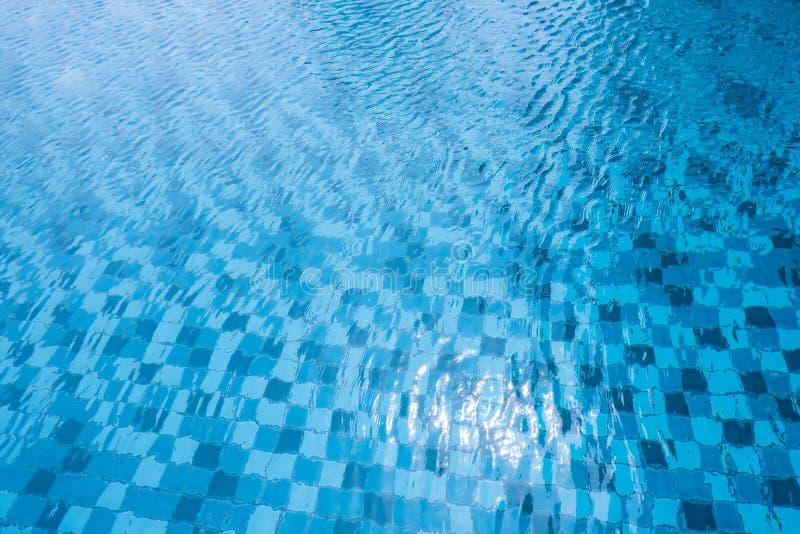Zwembad met zonbezinning Oppervlakte van de Blauwe en Witte Achtergrond van het Poolwater van de Zomervakantie Hoogste mening van stock fotografie