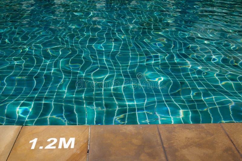 Zwembad met zonnige bezinningen stock fotografie