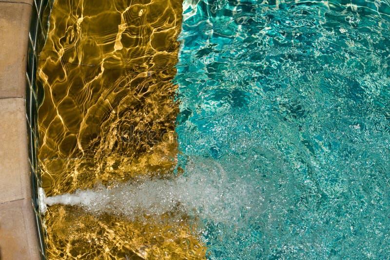 Zwembad met zonnige bezinningen stock afbeeldingen