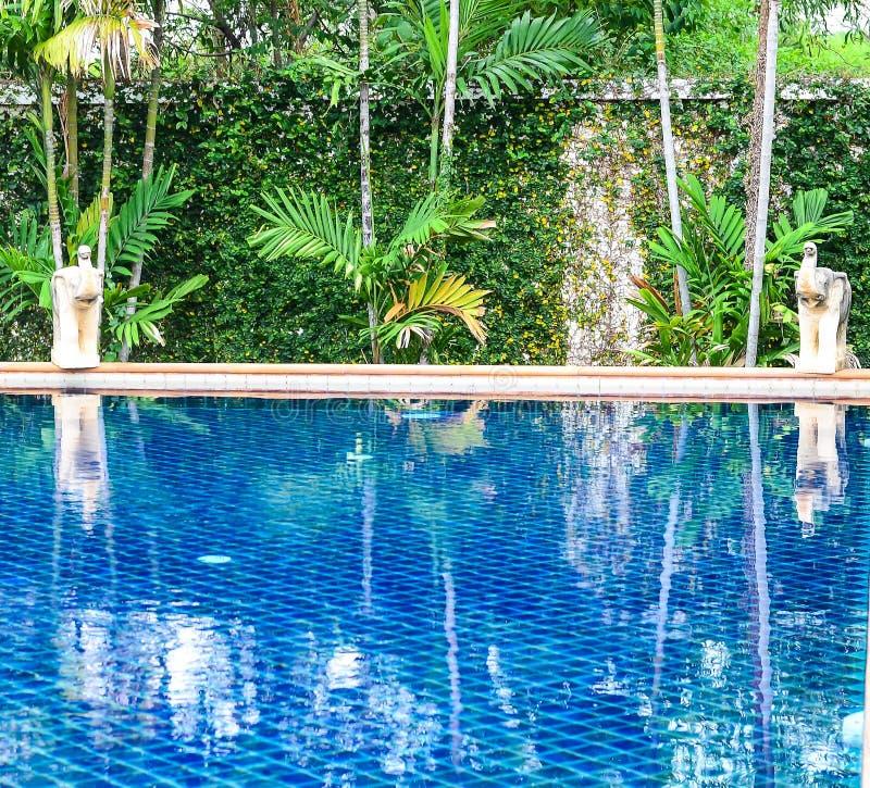 Zwembad in mooi park stock afbeelding