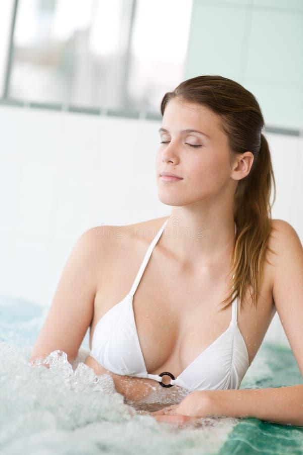 Zwembad - mooie vrouw in bikini royalty-vrije stock afbeelding