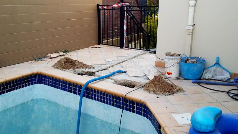 Zwembad onder reparatie met gevaarsband royalty-vrije stock foto