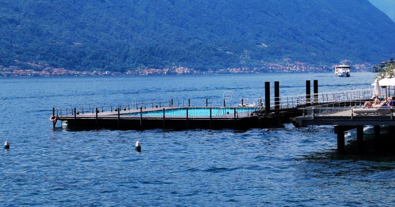 Zwembad op het water van meer Como, Tremezzo, Italië stock foto's