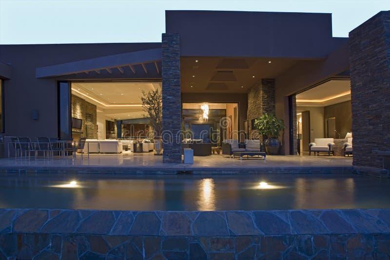 Zwembad tegen Modern Huis royalty-vrije stock afbeeldingen