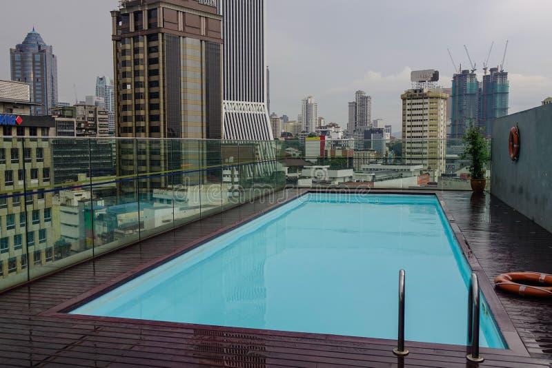 Zwembad van de dak het hoogste luxe royalty-vrije stock fotografie