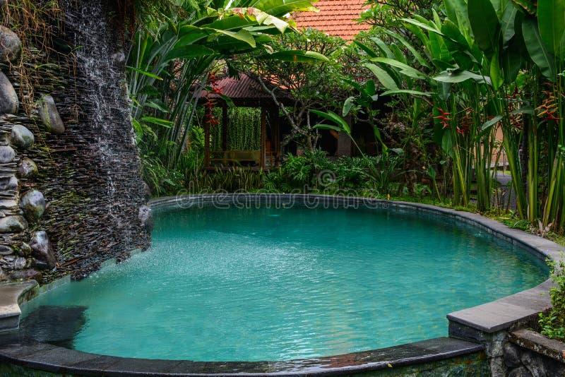 Zwembad van ecotoevlucht royalty-vrije stock afbeeldingen