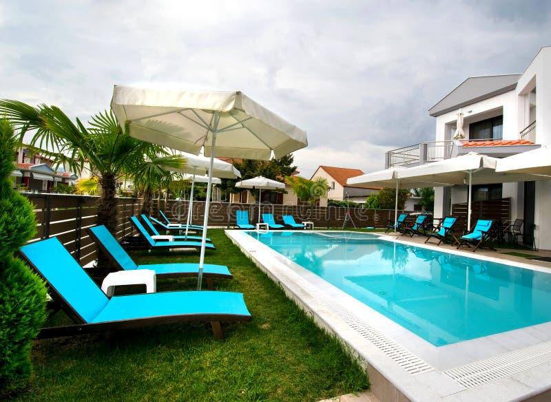 Zwembad van het woonplaats het moderne huis royalty-vrije stock fotografie