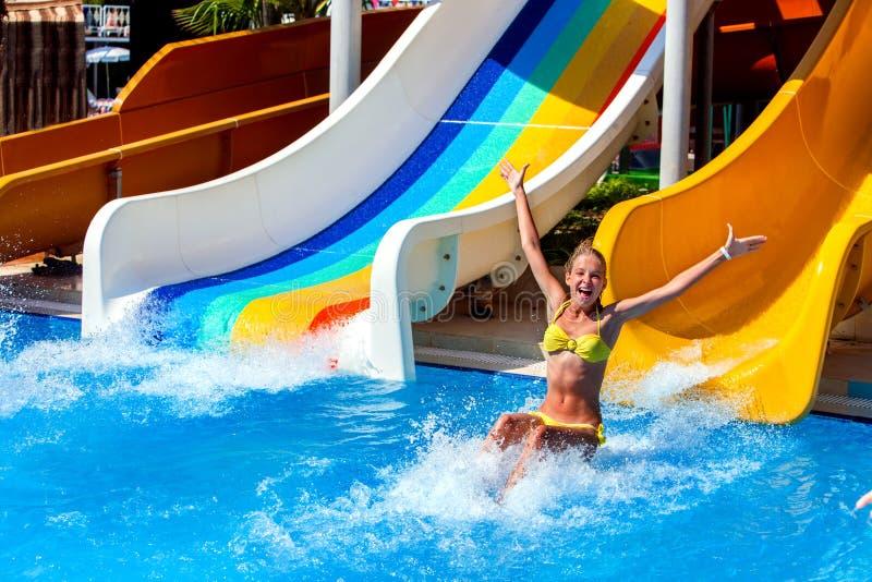 Zwembaddia's voor kinderen op waterdia bij aquapark stock fotografie