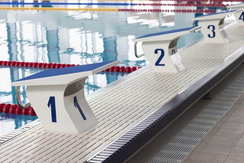 Zwembadstartblokken stock afbeeldingen