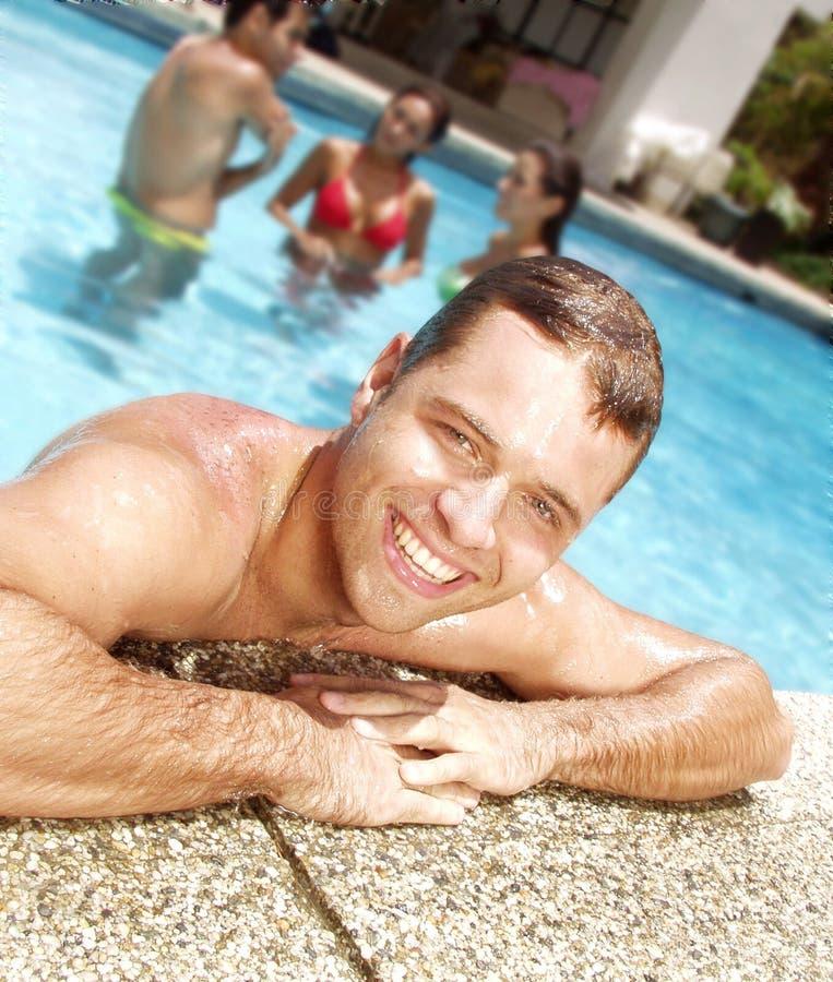 Zwembadvrienden. stock foto's