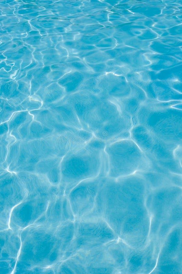 Zwembadwaterspiegel, zonlichtbezinningen stock fotografie