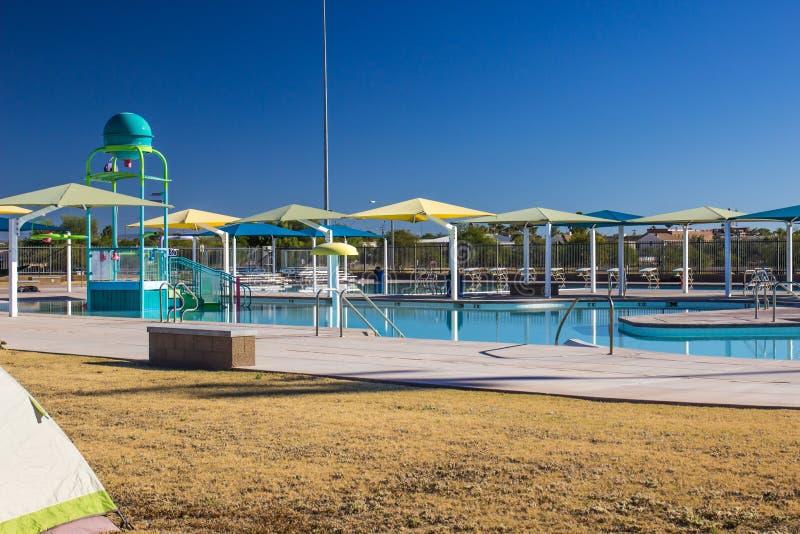 Zwemmen Complex met Kleurrijke Luifels royalty-vrije stock fotografie