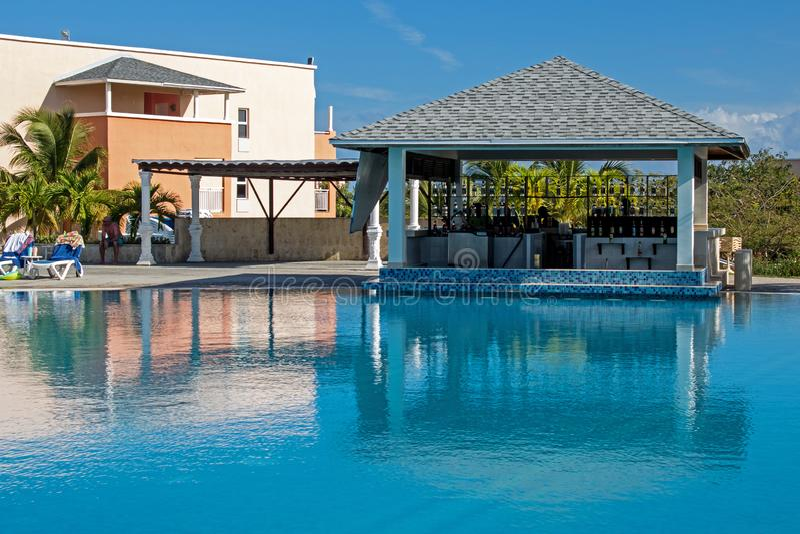 Zwemmen-op Poolbar bij de Toevlucht van Playa Paraiso in Cayo Coco, Cuba royalty-vrije stock foto