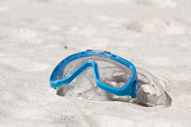 Zwemmend masker op wit zand royalty-vrije stock afbeeldingen