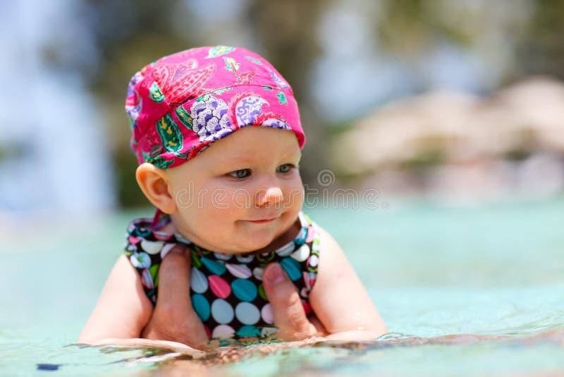 Zwemmende baby royalty-vrije stock afbeeldingen